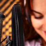 Kadın seslendirme sanatçısı